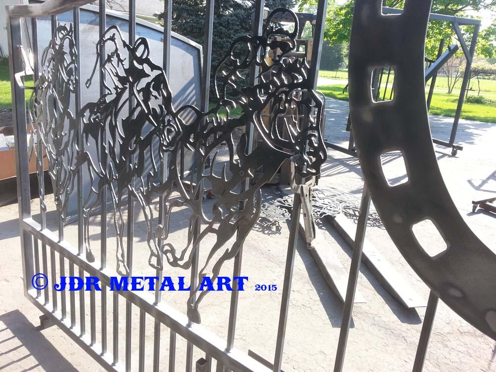 Lexington Kentucky custom driveway gates with horse shoe and race horse metal art silhouettes.